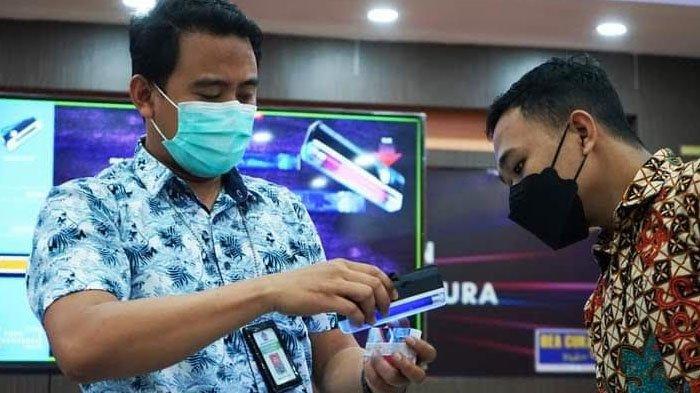 Perangi Rokok Ilegal, Bea Cukai Madura Kenalkan Pita Cukai 2021 dan Cara Identifikasi Keasliannya