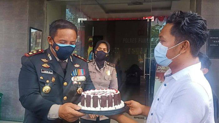 Ketua JCP Beri Kejutan Kue Ucapan ke Kapolres Pamekasan AKBP Apip Ginanjar di Hari Bhayangkara ke-75