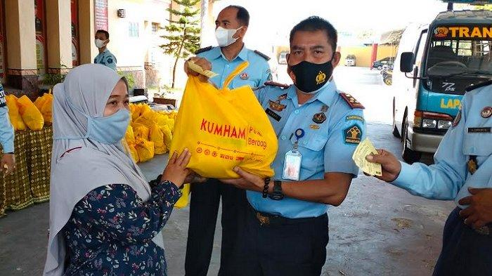Kumham Peduli Kumham Berbagi, Lapas Kelas IIA Pamekasan Bagikan 200 Paket Sembako untuk Masyarakat