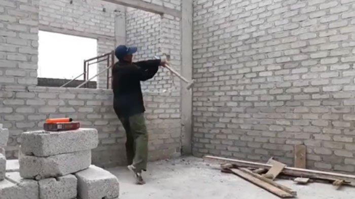VIDEO Tukang Bangunan Hancurkan Rumah yang Dibangun Akibat Tak Digaji, Begini Reaksi Tukang Bangunan