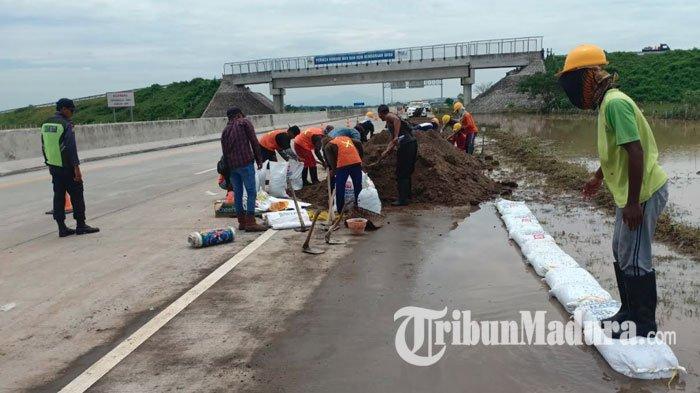 Jasamarga Buat Tanggul Sementara Gunakan Sandbag, Cegah Banjir Masuk ke Jalur Tol Surabaya-Madiun