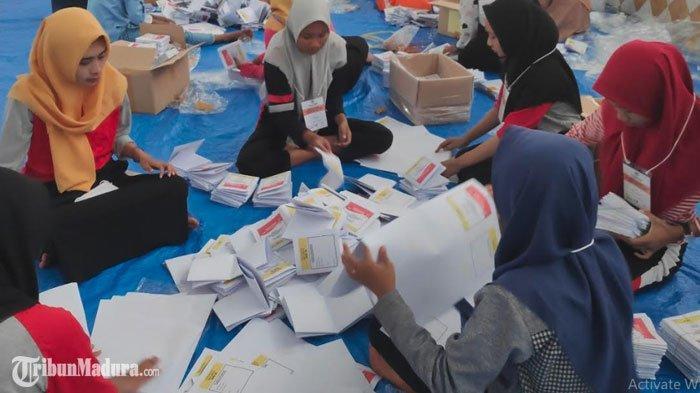 KPU Tuban Mulai Sortir dan Lipat Surat Suara Jelang Pelaksanaan Pemilu 2019