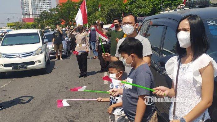 Waswas Dikira Ada Razia, Pengendara di Bundaran Waru Surabaya Ternyata Diajak Polisi Hormat Bendera