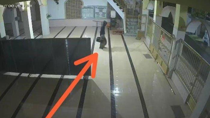 Rekaman CCTV Bongkar Aksi Pencurian Kotak Amal Masjid di Pamekasan, Bikin Takmir Masjid Kaget