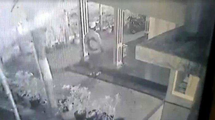 Aksi Pria Berpistol Bobol Kotak Amal Musala Mojokerto Terekam CCTV, Pelaku Manfaatkan Kondisi Sepi