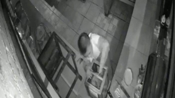 Aksinya Terekam CCTV, Bocah Laki-laki Curi Uang Kotak Amal Masjid di Mojokerto