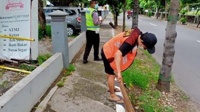 Pelanggar Protokol Kesehatan yang Tak Pakai Masker di Kota Kediri Dihukum Menyapu Jalan
