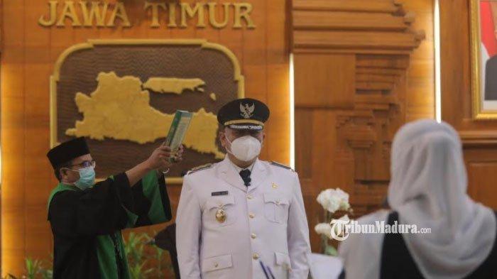 Gubernur Jawa Timur Khofifah Indar Parawansa resmi melantik Wakil Wali Kota Surabaya Whisnu Sakti Buana menjabat sebagai Wali Kota Surabaya, di Gedung Negara Grahadi, Kamis (11/2/2021)