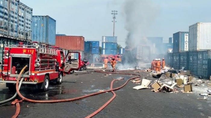 Belasan Unit Pemadam Kebakaran Diterjunkan ke LokasiKontainer Isi Kayu MebelTerbakar di Surabaya
