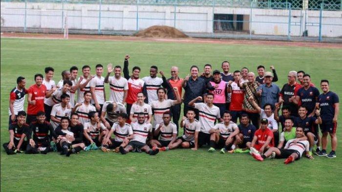 Pemain Madura United saat foto bersama di Stadion Gelora Bangkalan (SGB) sebelum pandemi Covid-19 mewabah.