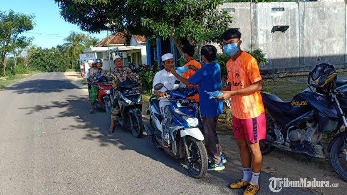 Perangi Penyebaran Virus Corona,Klub Sepak Bola PSSI Pamekasan Bagikan Masker Gratis ke Warga