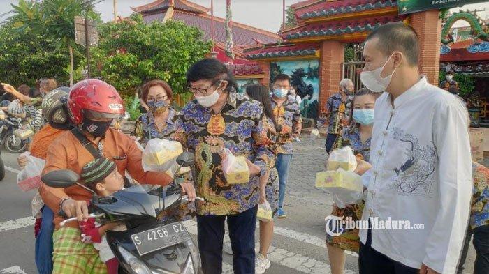 Toleransi Antar Agama, Tempat Ibadah Tri Dharma Kwan Sing Bio Tuban Bagikan Takjil ke Warga Muslim