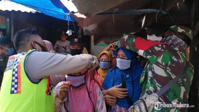 Pengunjung dan Pedagang PasarBlumbungan Pamekasan DapatMasker Gratis Hasil Kolaborasi TNI/Polri