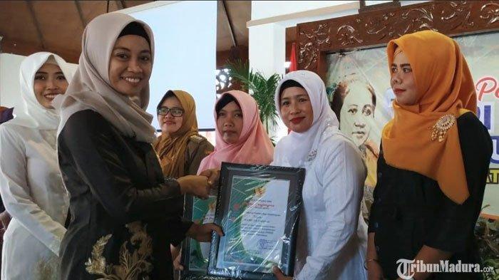 Istri Bupati dan Wakil Bupati Pamekasan BeriPenghargaan untuk 26 Wanita saat Peringati Hari Kartini