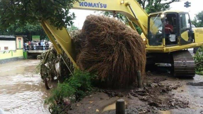 Hujan Mulai Mengguyur, BPBD Imbau Warga Bersihkan Saluran Air dari Sampah di Sepanjang Aliran Sungai