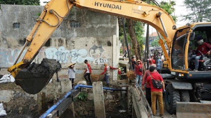 Gencarkan Normalisasi Saluran, Wali Kota Risma Terjunkan Alat Berat untuk Bersihkan Sungai Surabaya