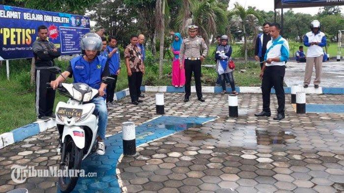 Satlantas Polres Pamekasan Beri Program 'PETIS' Gratis, Wujud Dukung Program Bus Kota Milik Kapolres