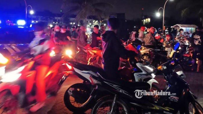 Habiskan Malam Mingguan sambil Nongkrong, Puluhan Muda-Mudi di Gresik Kocar Kacir Didatangi Polisi