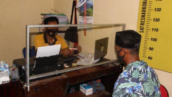 Pemuda Asal Bondowoso Tunggu Pembeli Pil Logo Y di Desa Sukowiryo, Diciduk Polisi Saat Transaksi