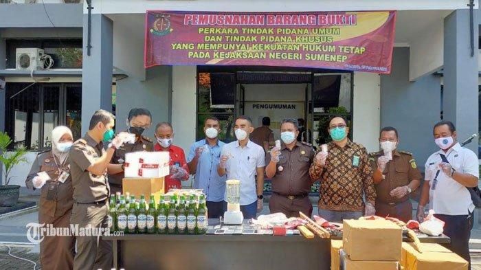 Pemusnahan barang bukti di kantor Kejaksaan Negeri Sumenep, Kamis (25/2/2021).