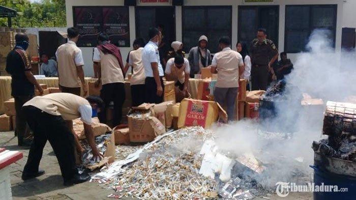Kejari Pamekasan Musnahkan Senjata Api hingga Ratusan Ribu Rokok Ilegal Barang Bukti Sejumlah Kasus