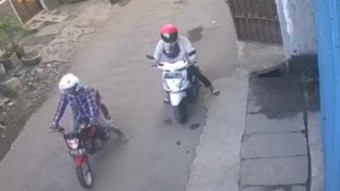 Pulang Salat Idul Fitri, Motor Milik Pria Surabaya Digondol 2 Pria Berjaket & Berhelm, Terekam CCTV