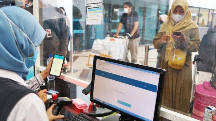 Bandara Juanda Kini Wajibkan Penumpang Unduh Aplikasi PeduliLindungi di Ponselnya