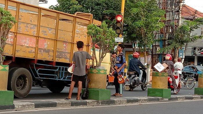 Tak Takut Razia, Pengamen Jalanan Kembali Marak dan Serbu Persimpangan Lampu Merah di Pamekasan