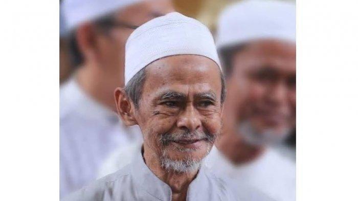 Pengasuh Pondok Pesantren Sidogiri Pasuruan, KH Nawawi Abdul Jalil.