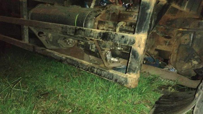 Nyalip di Jalur Pantura Tuban, Pemotor Honda Beat Dihantam Dump Truk dan Terseret di Bawah Kolong