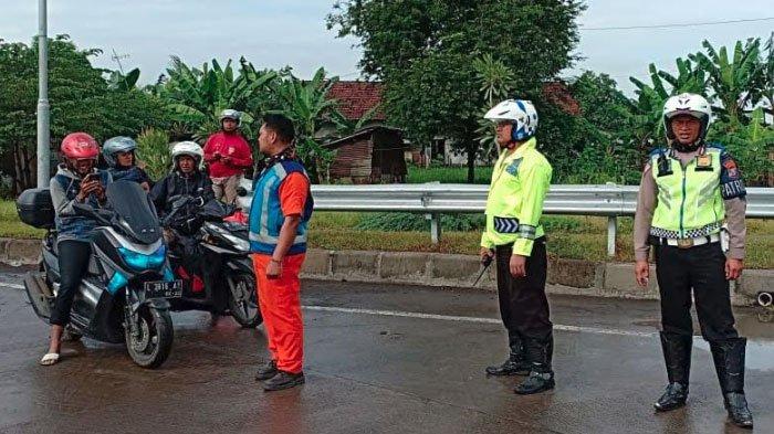 Terkena Kabar Hoax,Pengendara Roda DuaMasuk ke Jalan TolPasuruan-Gempol, Aksinya Dihadang Polisi