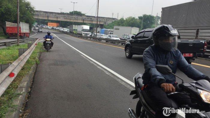 Pintu Masuk Surabaya Macet Total, Pengendara Roda Dua Nekat Terobos Jalan Tol untuk Putar Balik