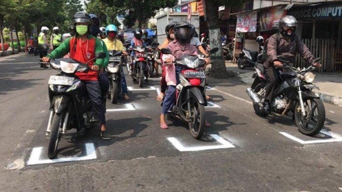 Terapkan Physical Distancing, Lampu Merah di Pare Kediri Dipasangi Garis ala Starting Grid MotoGP