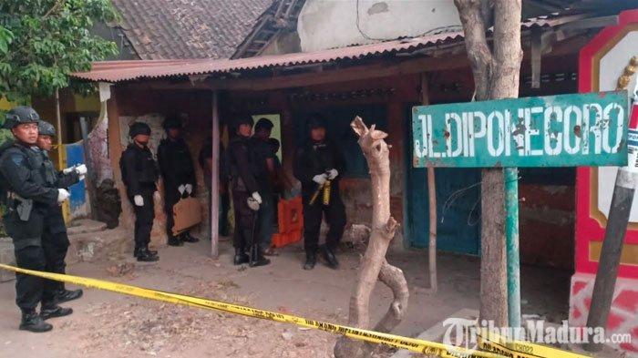 Senjata Tajam dan Puluhan Keping CD Disita Polisi setelah Gerebek Rumah Pelaku Perampokan Toko Emas