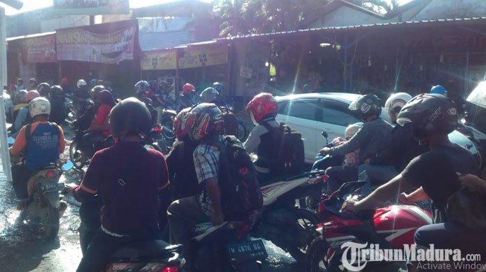 Jalan Raya Ngasinan Penghubung Gresik dan Surabaya Rusak Parah, Pengendara Keluhkan Keselamatan