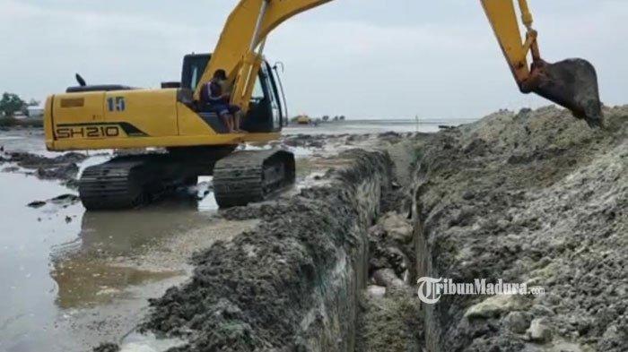 Penguburan Puluhan Bangkai Ikan Paus di Pesisir Bangkalan Rampung, Ada 6 Lubang yang Digunakan