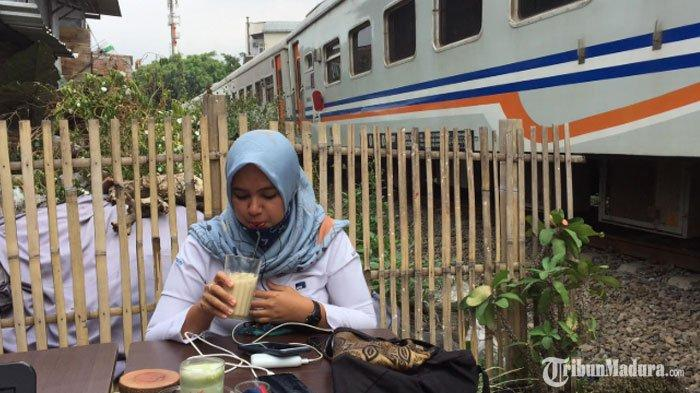 Kedai Kopi Unik di Kota Malang, Tawarkan Segelas Kopi Lokal Nikmat di Pinggir Rel Kereta Api