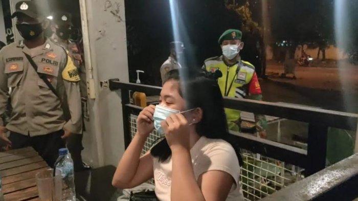 Anggota TNI-Polri Ingatkan Muda-Mudi Gresik yang Kongkow di Malam Minggu Patuhi Protokol Kesehatan