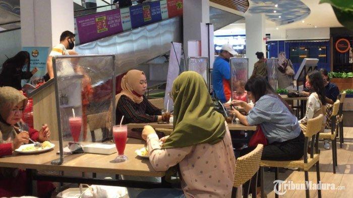 Meja Makan Kedai Makanan di Transmart Kota Malang Sudah Dipasangi Sekat, Cegah Penyebaran Covid-19