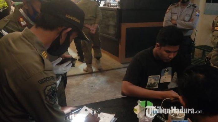 Operasi Yustisi di Cafe Pamekasan, Personel Gabungan Temukan Puluhan Pengunjung Tak Pakai Masker