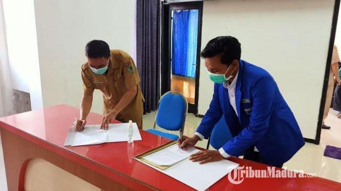 Pengurus Komisariat Pergerakan Mahasiswa Islam Indonesia (PMII) Universitas Islam Madura (UIM) Pamekasan saat menandatangani MoU dengan Dinas Perpustakaan dan Kearsipan (DPK) Kabupaten Pamekasan, Senin (1/2/2021).