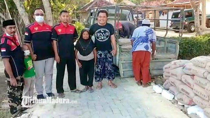 Komunitas Feroza Pulau Madura Beri Bantuan Semen untuk Nenek di Pamekasan yang Rumahnya Digusur