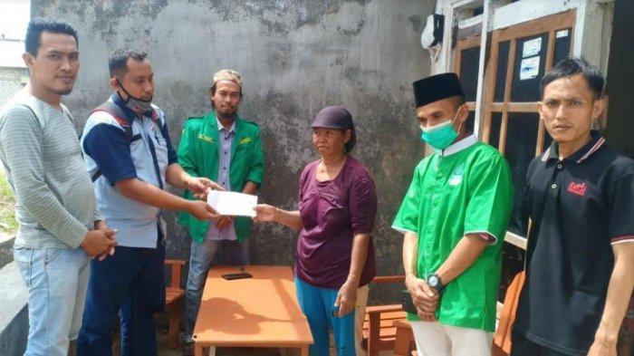 11 Keluarga Korban Angin Kencang Terima Bantuan dari GP Ansor Pademawu dan Pendamping Desa Komunitas