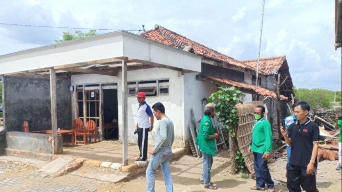 Pengurus PAC GP Ansor Pademawu, bersama Pendamping Desa Komunitas saat memberikan bantuan terhadap para keluarga yang rumahnya rusak akibat diterpa angin kencang yang disertai hujan deras di Dusun Mangunan, Desa Pademawu Timur, Kecamatan Pademawu, Kabupaten Pamekasan, Madura, Jumat (1/1/2021).
