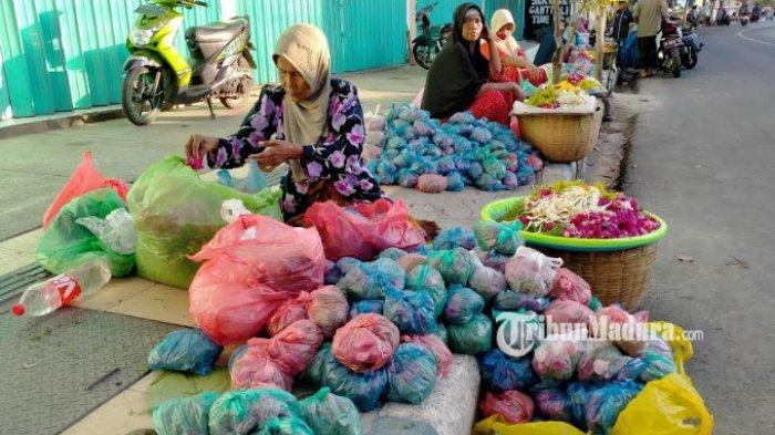 Menengok Kawasan Penjual Bunga Tabur di Pemakaman Ronggosukowati Madura, Panen Rezeki Saat Lebaran