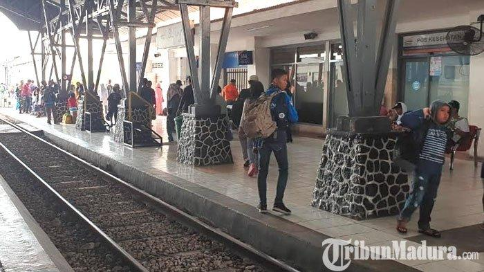 penumpang-kereta-api-di-stasiun-kota-blitar.jpg