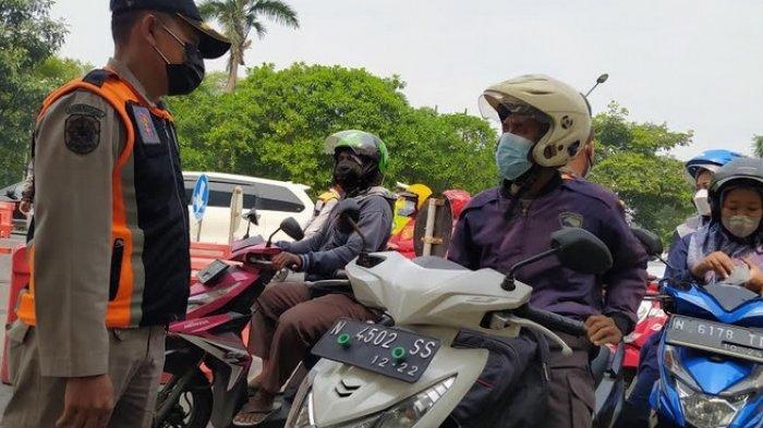 BREAKING NEWS - Penumpukan Kendaraan di Bundaran Cito pada Hari Pertama PPKM Darurat di Surabaya