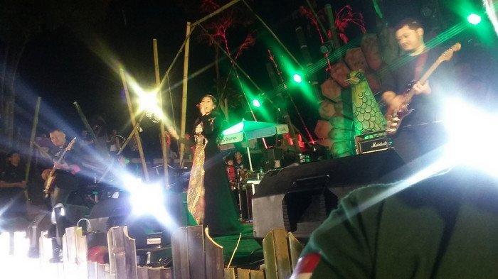 Tampil di Ferstival Syimphony Rengganis, Penyanyi Tata Janeeta Kagumi Keindahan Alam Situbondo