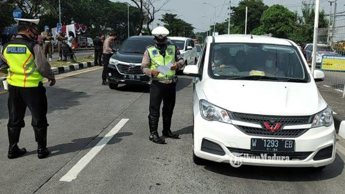 Suasana penyekatan sejumlah kendaraan ke arah Jembatan Suramadu, Kamis (6/5/2021).