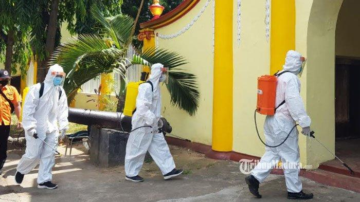 Sambut Panglima TNI dan Kapolri ke Sumenep, Satgas Lakukan Penyemprotan Disinfektan di Keraton